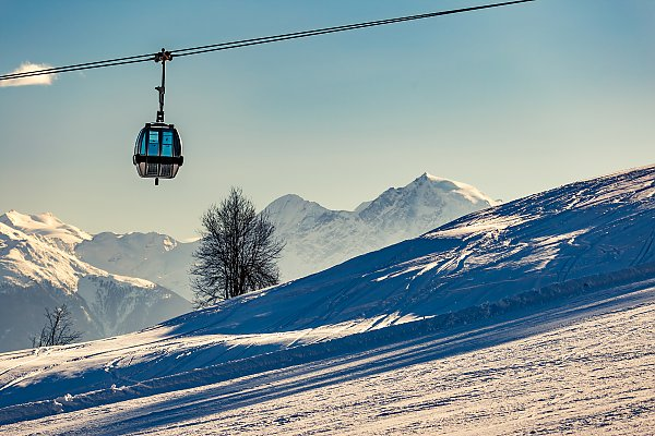 View on the circulating ropeway of Haideralm an the Ortler